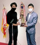 最優秀選手賞に輝いた旭フェローズの浜野智成さん(左)
