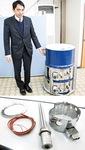 山本圭一常務取締役が紹介するタンク型のヒーター(上)と、同社製品の一部