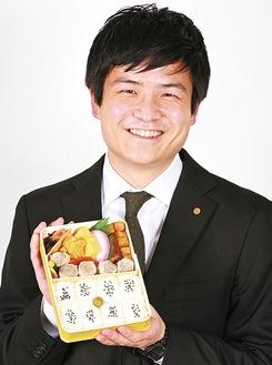 同社不動の一番人気「シウマイ弁当」を掲げる山崎さん