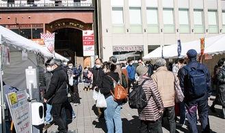 JR鶴見駅東口の駅前広場で開かれた前回の様子