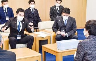 林市長(右)と意見交換を行う神奈川ブロックの坂倉会長(中央左)