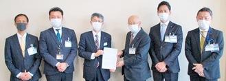 坂井常務(左から3人目)に要望書を手渡す石川会長(右から3人目)。森健二区長(同2人目)らも出席した