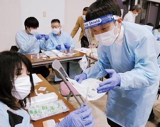 ワクチンの取り分けを学ぶ薬剤師