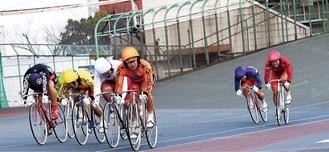し烈なレースを繰り広げる選手たち(C)(公財)JKA