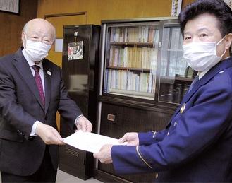 鈴木署長(右)に要望書を手渡す自治連・石川会長