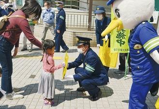 子どもに安全を呼びかける鈴木署長