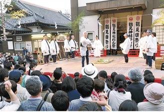 神社境内で行われた過去の田祭り。舞台を組み、節に合わせながら一年の稲作の所作を演じる