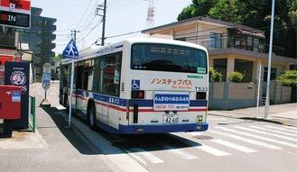 停車時、車体後部が信号のない横断歩道にかかる「神明社前」(鶴見駅西口方面)のバス停