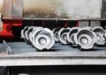 加熱炉で熱処理加工される部品