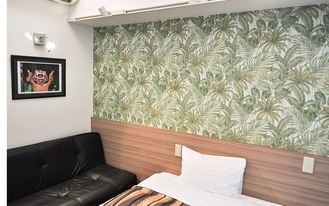 壁紙と写真などで飾られた室内
