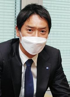 インタビューに答える山中市長