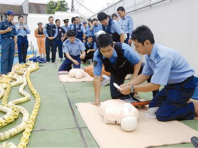 地域を守る警察・消防が訓練で汗