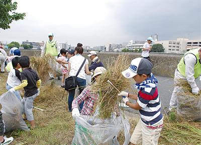 鶴見川一斉清掃に170人