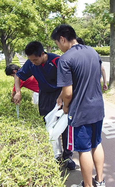 鶴総生200人が清掃