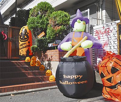 住宅街に魔女やかぼちゃ