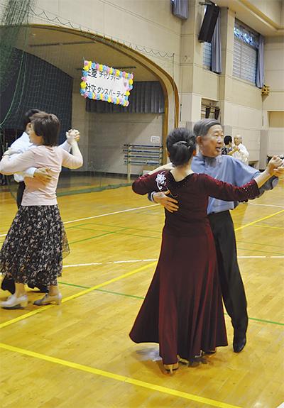 社交ダンスでチャリティー