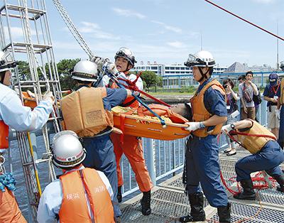 大黒ふ頭で水難救助訓練