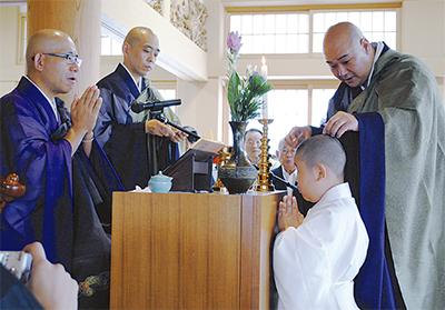 光永寺で珍しい得度式