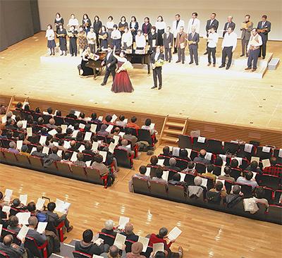 満員の観客オペラ熱唱