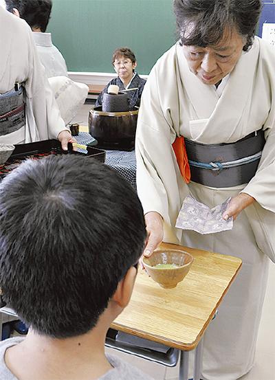 鶴小児童が茶道体験