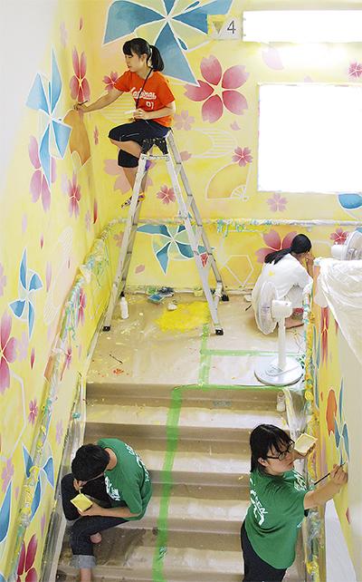 橘学苑生が病院に壁画