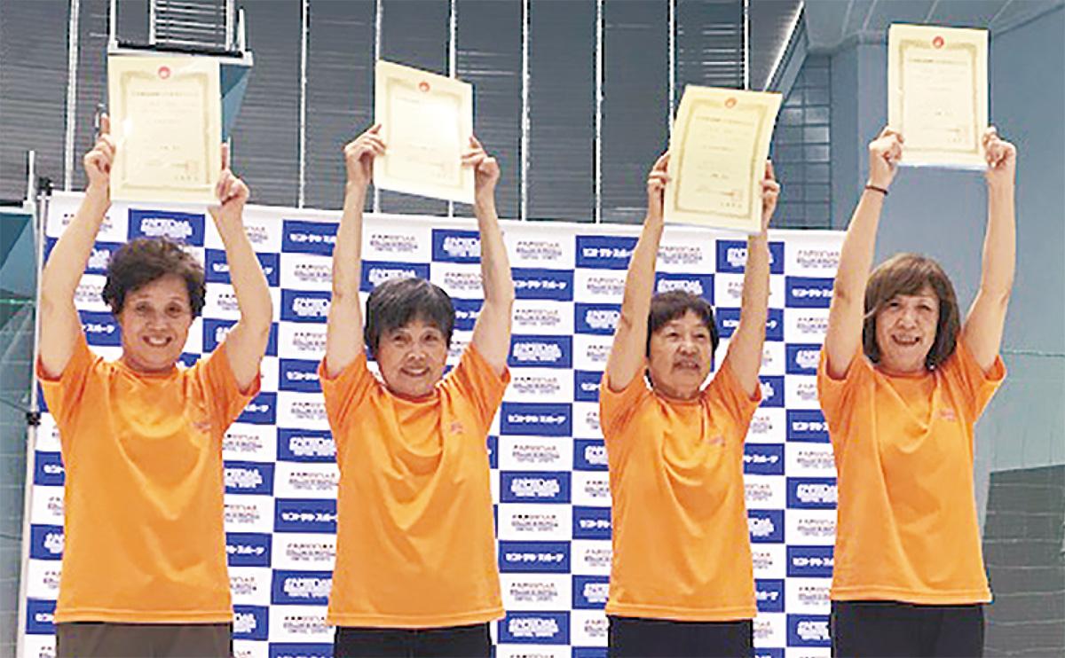 賞状を掲げる4人(右から藤枝さん、青柳さん、永島さん、和田さん)=ザバス鶴見提供