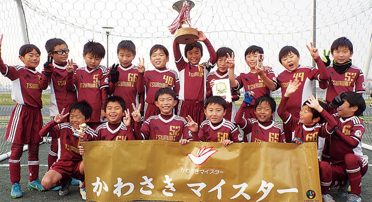 優勝を喜ぶ鶴見東FCのメンバー
