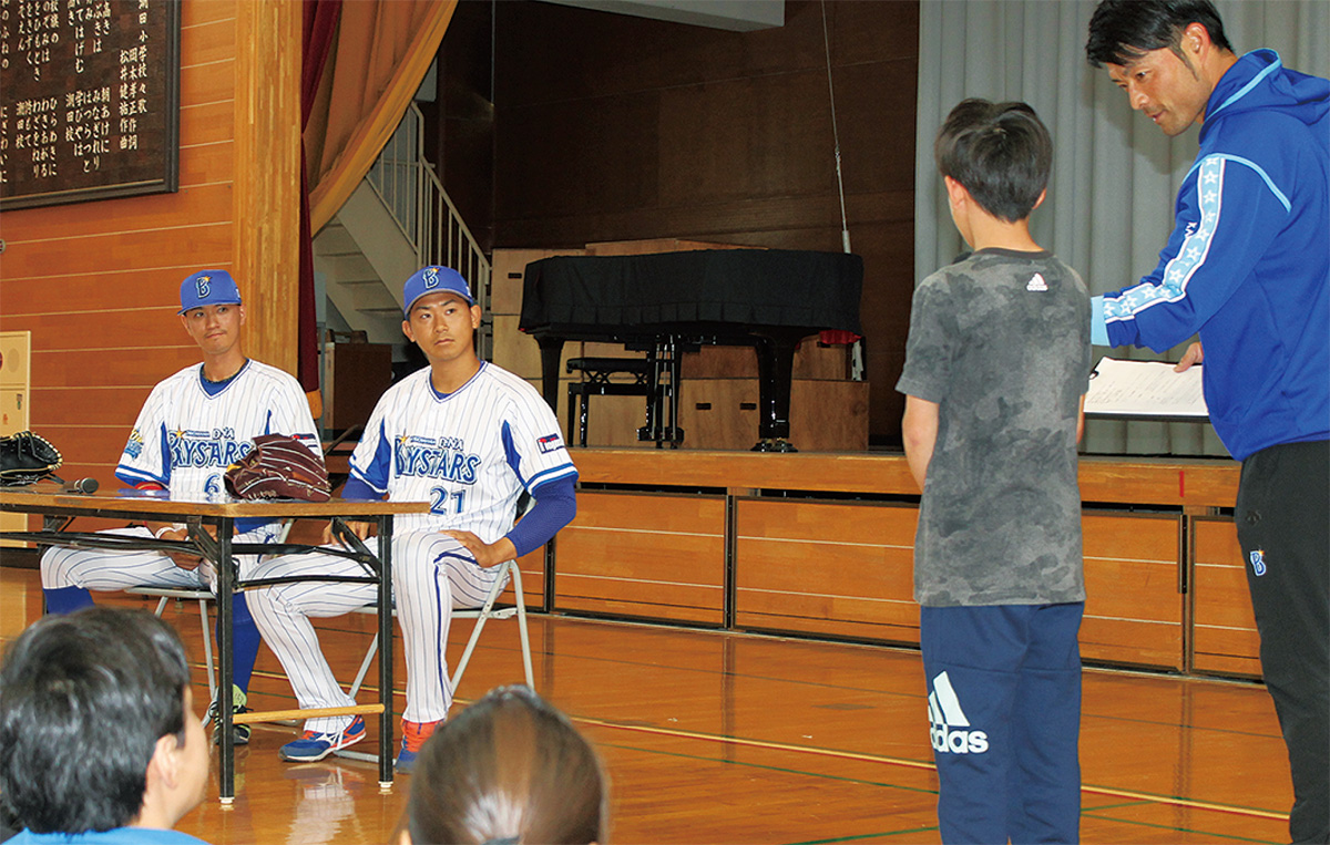 児童と夢について語る選手たち