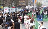 多くの新成人でにぎわう横浜アリーナ周辺(写真は昨年の様子)