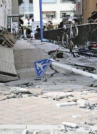 横浜駅西口では歩道の亀裂が見られた