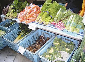 旬の野菜が並ぶ