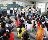 読み聞かせボランティアの質問に答える児童ら