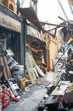 シートで覆われた一画は廃墟と化している(27日撮影)