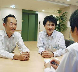 ▲本紙の取材に応える一柳館長(上写真右)と相談員の青柳さん