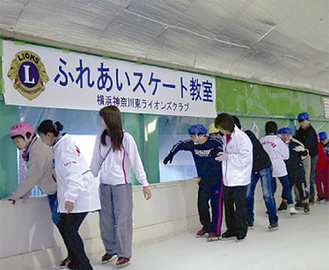 スケートを楽しむ参加者