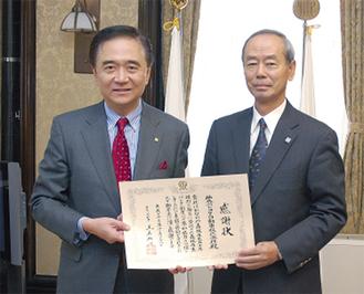 黒岩知事(左)から感謝状が贈られた