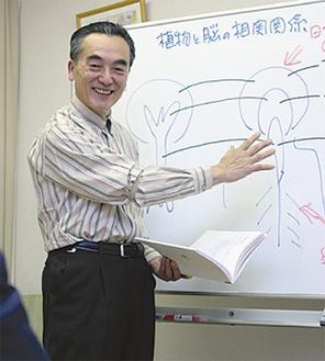 講演する松本教室長