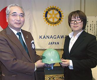 橋田会長(左)から贈られた