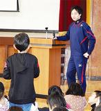 児童の質問に耳を傾ける阿部選手