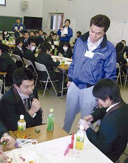 マイクを手に意見する生徒