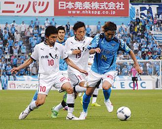 1得点を入れた武岡選手(右)