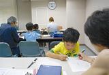 ボランティア先生と学習に励む児童