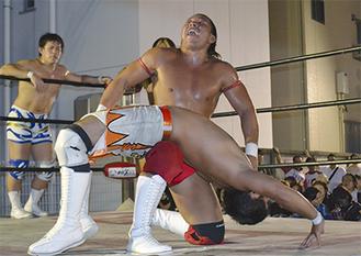 初の6人タッグ王座決定戦で激しく組み合うレスラー