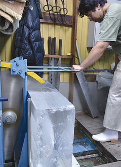 大きな刃で切られていく氷
