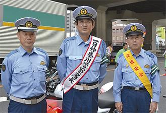 1日署長を務めた金田さん(中央)