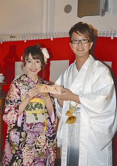 多くの人から祝福を受け笑顔の亮平さんと淳子さん