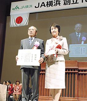 目録と感謝状を手にする石川組合長(左)と林市長(右)