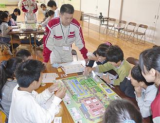 協力して工場を経営する児童たち
