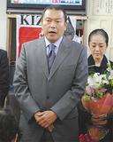 当選のあいさつをする小此木氏=神奈川区の選挙事務所で