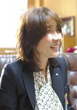 インタビューに答える川名区長
